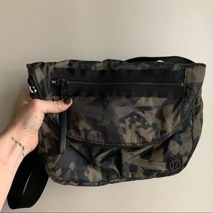Lululemon festival ii bag in camouflage and pink!!